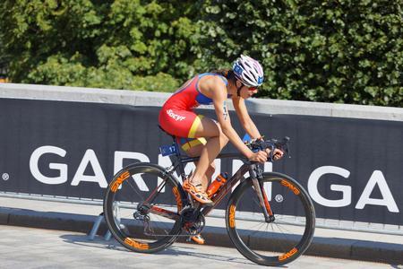 STOCKHOLM - 26 août 2017: Vue de côté de la cycliste triathlète Carolina Routier lors de la série de triathlon féminin de l'ITU le 26 août 2017 à Stockholm, en Suède