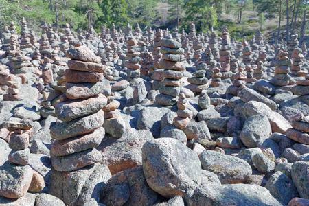 마을에서 돌의 많은 신비한 더미로 덮여있는 숲의 지역 섬 Aaland의 게타, 북유럽의 핀란드의 일부