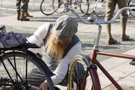STOCKHOLM - SEPT 22, 2018: People wearing old fashioned clothes from the 1950s preparing their retro bicycles in the Bike in Tweed event September 22, 2018 in Stockholm, Sweden Redactioneel