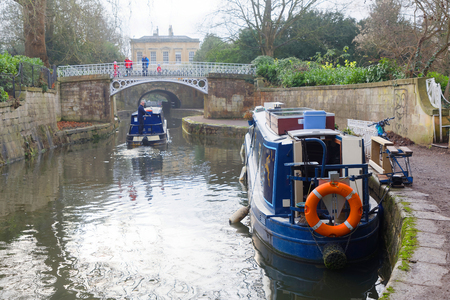 BATH, GREAT BRITAIN - DEC 25, 2018: Narrow boats in the Kennet and Avon canal  in the city Bath. December 25, 2018 in Bath, Great Britain Éditoriale