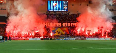 STOCKHOLM, SUÈDE - 10 MARS 2019 : partisans et fumée de la pyrotechnie du Bengale lors du derby de la coupe de football suédoise entre Djurgarden et Hammarby. 10 mars 2019,Stockholm,Suède