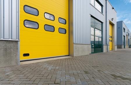 serrande: magazzino industriale con porte a rulli verde e giallo