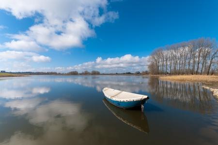 roeiboot drijvend op een meertje in de Ooijpolder in de buurt van Nijmegen Stockfoto