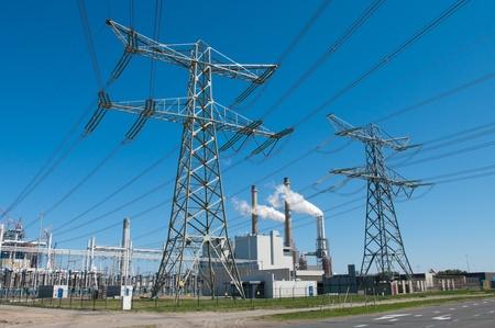 energia electrica: las torres de electricidad y la planta de energ�a en rotterdam, Pa�ses Bajos Foto de archivo