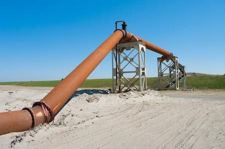 Pipeline für Erdöltransport über eine Straße geführt Standard-Bild