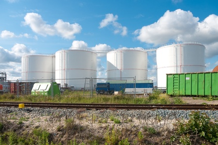 tanque de combustible: blancos tanques de combustible en el puerto de amsterdam Foto de archivo