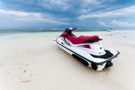 bateau de course: jet ski � mar�e basse sur une plage de Bohol, aux Philippines