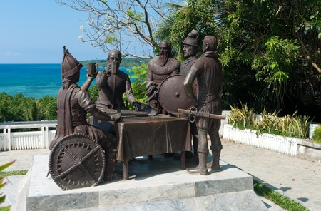 pacto: Blood Compact estatua en Tagbilaran City, Bohol, Filipinas, que conmemora el pacto de paz entre Datu Sikatuna y Miguel L�, L�pez de Legazpi en 1565.