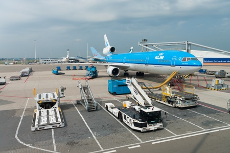 schiphol: AMSTERDAM - AUGUST 21: KLM plane being loaded at Schiphol Airport August 21, 2011 in Amsterdam, Netherlands. The airport handles over 45 million passengers per year with almost 100 airlines flying from here.