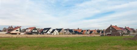 panoramisch uitzicht op een woonwijk achter een muur