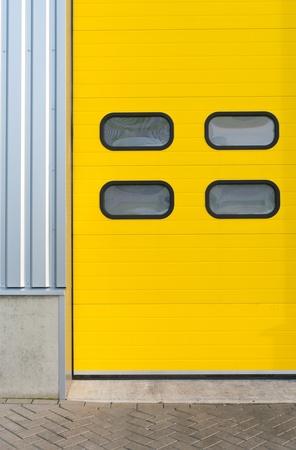 Detalle de una puerta enrollable industrial amarillo Foto de archivo - 12957879