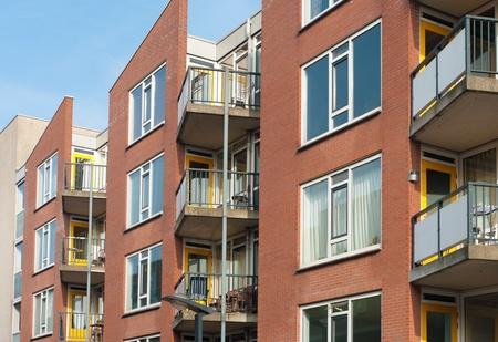 Nuevos apartamentos con balcones en el centro de Enschede, Países Bajos Foto de archivo - 13233405