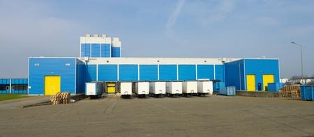 moderne entrepôt bleu avec quais de chargement Éditoriale