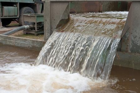 purified water: peque�a cuenca de reciclaje de agua en un campamento militar Foto de archivo