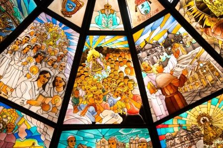 valores morales: Pabell�n con vidrios de colores en el frente de la Bas�lica Peafrancia en Naga City, Filipinas Foto de archivo