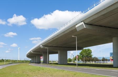 flyover: snelweg viaduct met een andere weg onder het