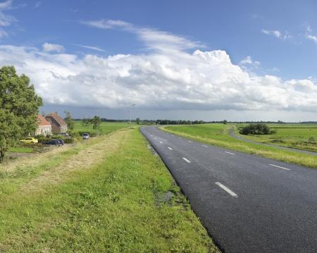 tortillera: carretera sobre un dique en un paisaje p�lder holand�s t�pico