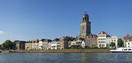 Ver en Deventer, Países Bajos desde el otro lado del río IJssel. La iglesia es la iglesia gótica Lebunus, construido entre 1450 y 1525. Foto de archivo - 15134374