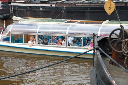 groningen: toeristen in een rondvaartboot in Groningen, Nederland