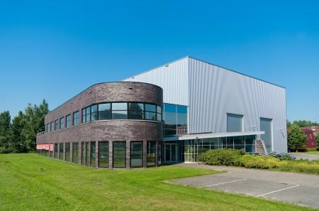 commercial real estate: moderno edificio de oficinas con almac�n adjunto