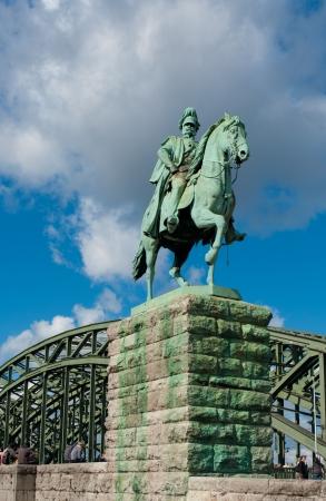 Auf der vier Statuen auf der Hohenzollernbrücke in Köln, Deutschland. Auf beiden Seiten der Brücke sind zwei Reiterstandbilder auf großen Podesten. Standard-Bild - 17524312