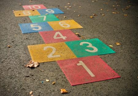 Juego de rayuela de colores en un patio de la escuela Foto de archivo - 17681587
