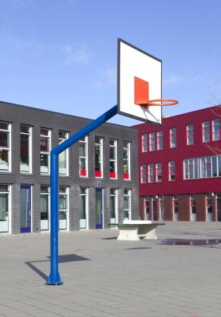 the school building: patio de la escuela con el aro de baloncesto Foto de archivo