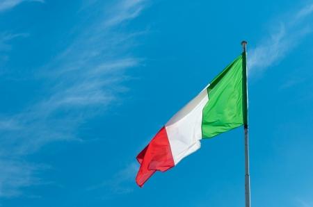 bandera de italia: bandera italiana contra un cielo azul Foto de archivo
