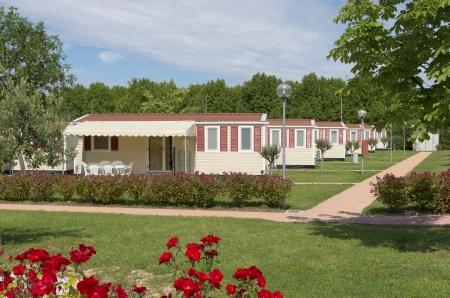Camping avec des rangées de mobil homes identiques Banque d'images - 23570278