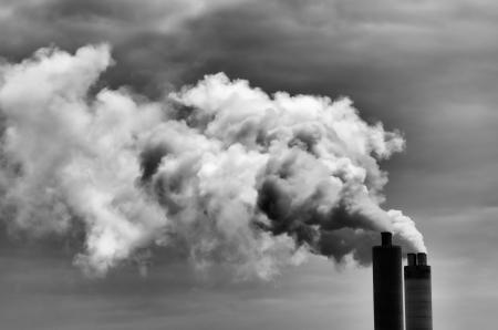 Doble chimenea agotar mucho humo sucio Foto de archivo - 23788854