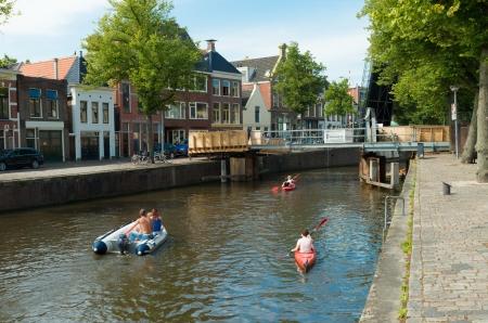 groningen: mensen in boten in een kanaal in Groningen, Nederland. Groningen is de zevende grootste stad van Nederland met bijna 200.000 inwoners Stockfoto