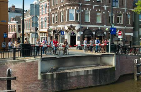 groningen: mensen wachten op een brug te sluiten in Groningen, Nederland