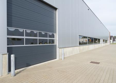 Entrada de un almacén moderno con puerta enrollable Foto de archivo - 25694819