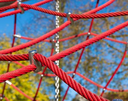 climbing frame: corde rosse come parte di una struttura rampicante bambino Archivio Fotografico