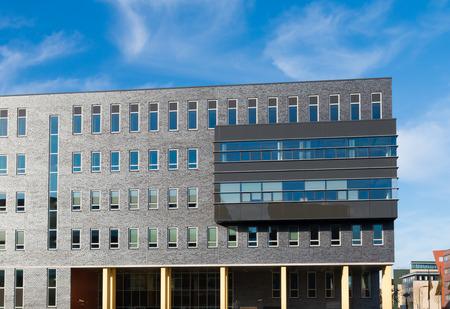 modern kantoorgebouw deels op pijlers