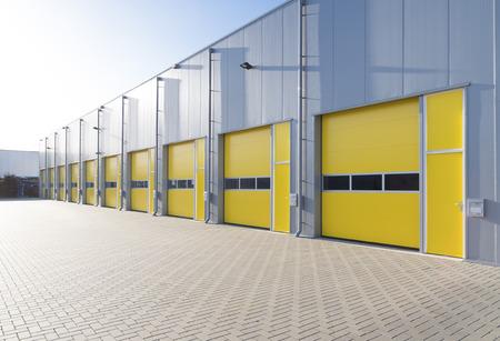 Exter van een commerciële magazijn met gele roldeuren