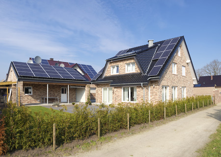 solarpanel: new house with solar panels on its roof