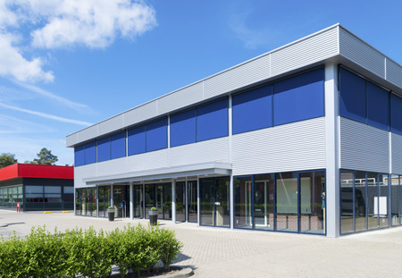 Äußere eines modernen kleinen Bürogebäude