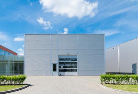 Unidad industrial moderno con puertas enrollables Foto de archivo - 30815763