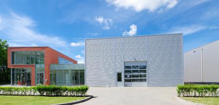 Unidad industrial moderno con puertas enrollables Foto de archivo - 30815764