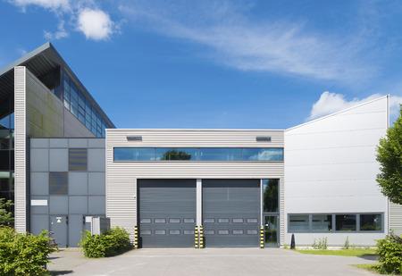 Unidad industrial moderno con puertas enrollables Foto de archivo - 30815766