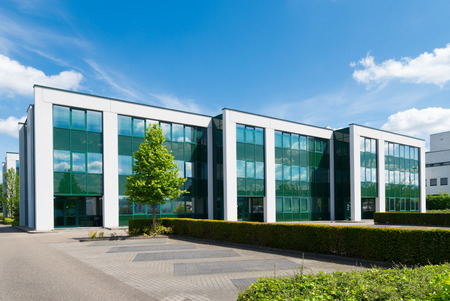 construccion: exterior de un moderno edificio de oficinas