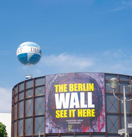 daily routine: El Asisi Panorama -?? El Muro en Berl�n dividido por el artista Yadegar Asisi en el Checkpoint Charlie en la esquina de Friedrichstra�e electr�nico y Zimmerstra consiste en una rotonda cil�ndricos de acero que muestra un panorama de la rutina diaria en ambos lados del XX
