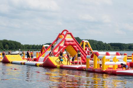 obstacle: carrera de obstáculos inflable en un lago
