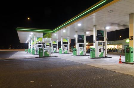 Stacja benzynowa BP w nocy. BP jest firmą naftową z siedzibą w Londynie. Firma działa w ponad 80 krajach