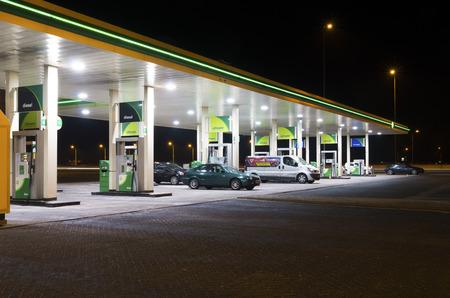 밤에 BP 주유소. BP는 런던에 본사와 석유 회사입니다. 이 회사는 80 개 국가에서 영업