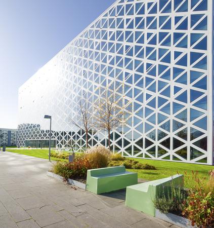 parking facilities: exterior de un edificio de la escuela moderna en Zwolle, Pa�ses Bajos. En 2011, el edificio-X fue elegido como Edificio del A�o en Holanda oriental. Editorial