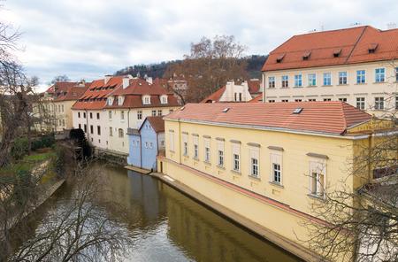 molino de agua: pequeño molino de agua en las orillas del río Chertovka