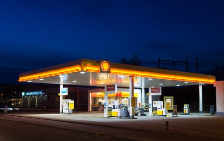 ENSCHEDE, PAYS-BAS - 28 février 2015: station d'essence Shell dans la nuit. Royal Dutch Shell, une multinationale néerlando-britannique, est l'entreprise la plus rentable dans les Pays-Bas Éditoriale