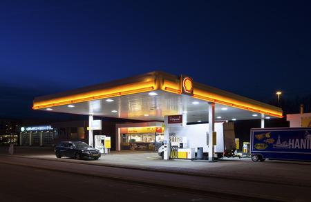 エンスヘーデ, オランダ - 2015 年 2 月 28 日: 夜のシェル ガソリン スタンド。ロイヤル ・ ダッチ ・ シェル、オランダ語イギリスの多国籍企業は、オランダで最も収益性の高い会社です。